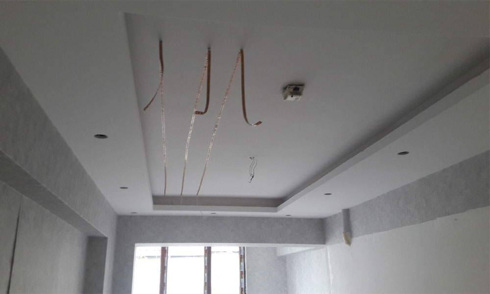 Gergi Tavan - Tavan duvar alçı sıvamızı ve asma tavanımızı yaptık. Tüm elektrik tesisatımızı çektik. Germe tavan için led aydınlatmalarımızı döşüyoruz.